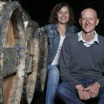 Angélique et Sylvain BRUNEAU assis en cave typique troglodytique.