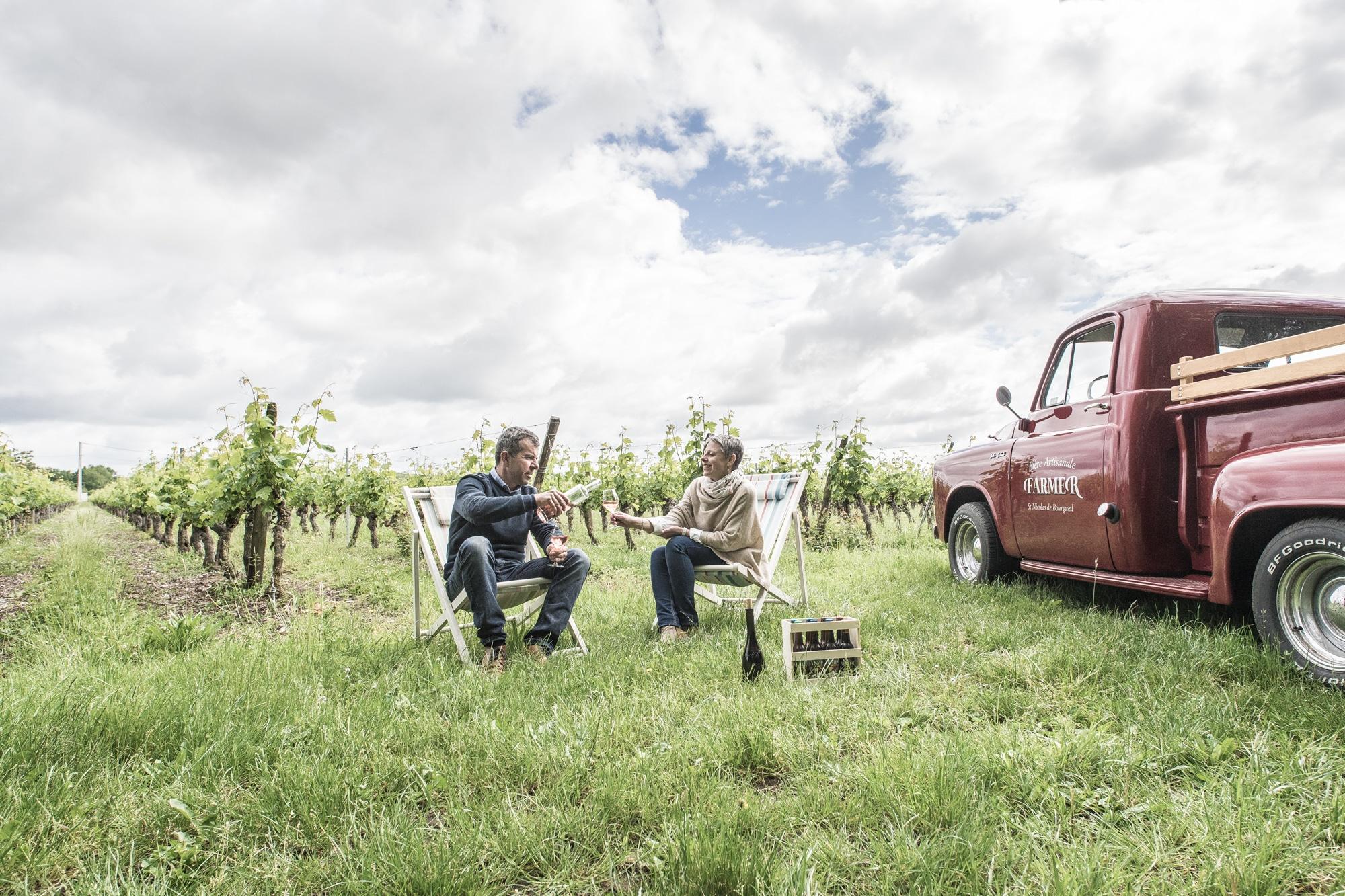 Hervé et Stéphanie dans les vignes de Saint Nicolas de Bourgueil